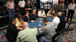 Une table plein de poker live