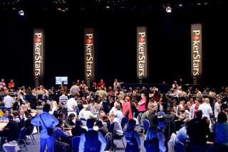 un gros tournoi de poker live multi-tables